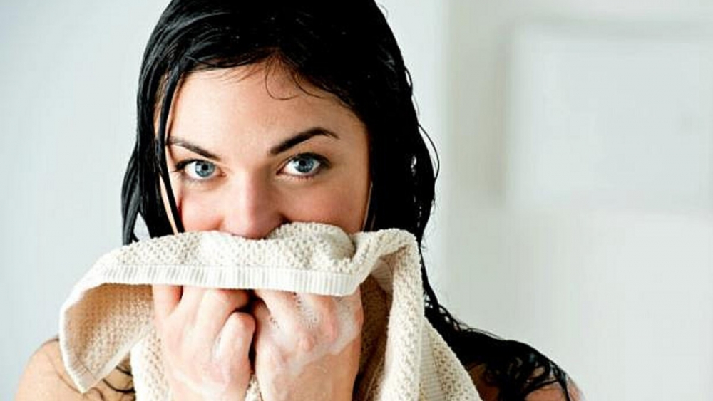 Почему не рекомендуется протирать лицо полотенцем после умывания