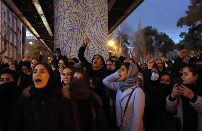 Британского посла задержали в Иране по подозрению в организации протестов