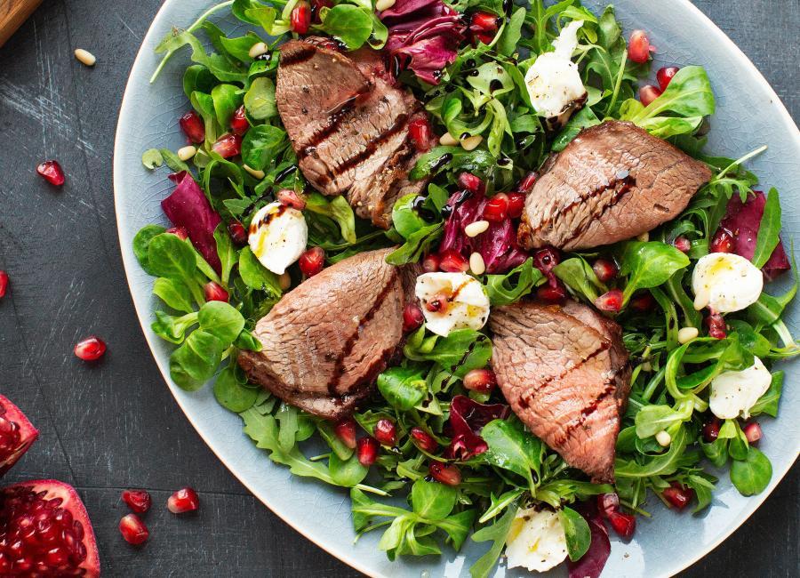 Салат с ростбифом, руккола и моцарелло