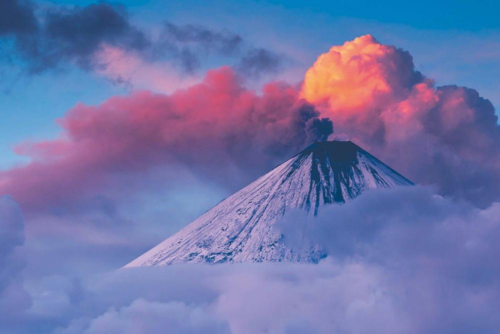 Водами какого моря заполнена кальдера вулкана Львиная Пасть?
