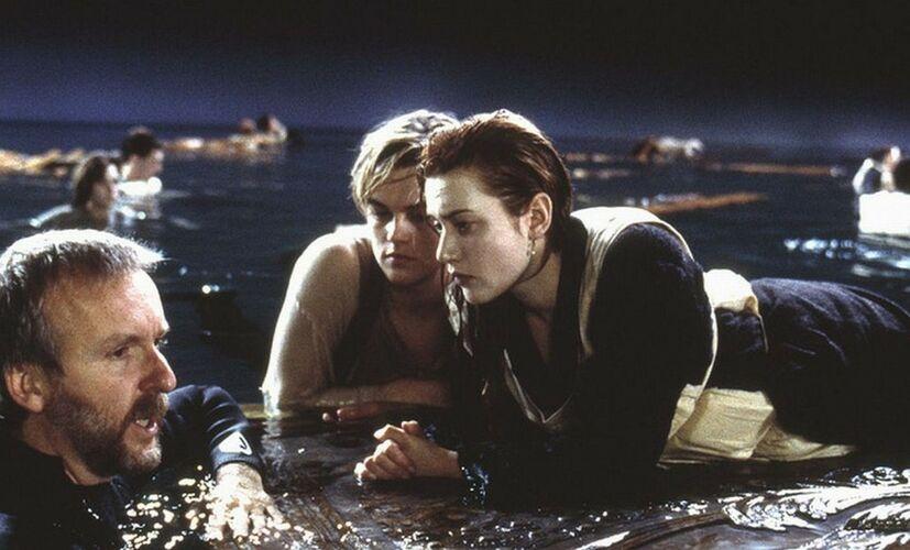 Продолжи фразу из фильма Титаник: Мы тонем под музыку - ...
