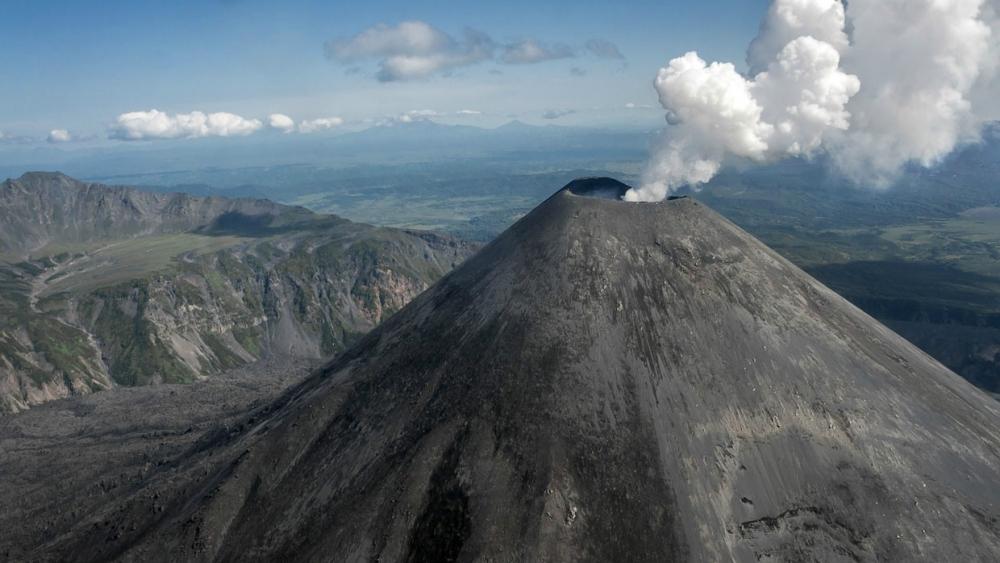 В основании какого вулкана расположена камчатская «долина смерти», обнаруженная в 1975 году зоологом В. Каляевым и вулканологом В. Леоновым?