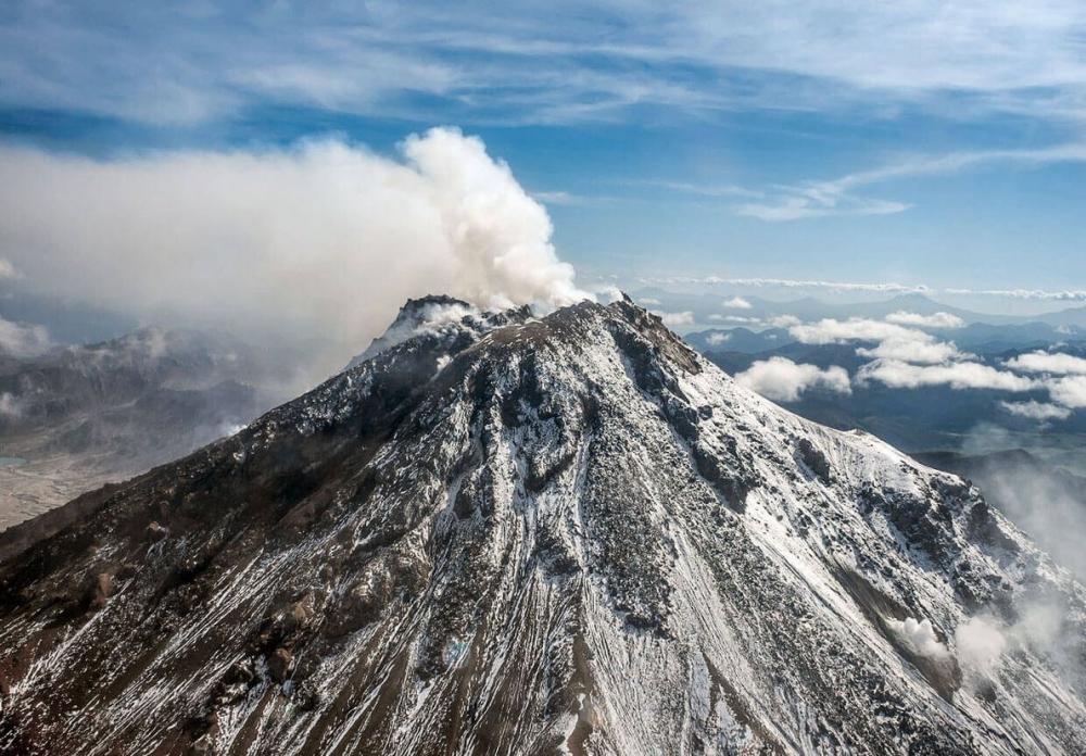 У подножия какого действующего вулкана расположена геотермальная электростанция «Океанская»?