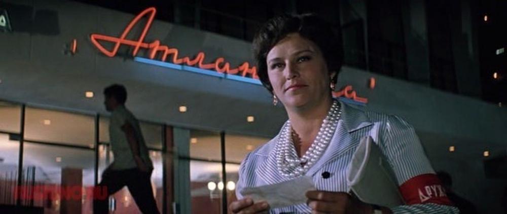 В фильме «Бриллиантовая рука» Нонна Мордюкова произносит фразу «И вы знаете, я не удивлюсь, если завтра выяснится, что ваш муж тайно посещает любовницу». Какое слово заменил худсовет словом «любовница»?