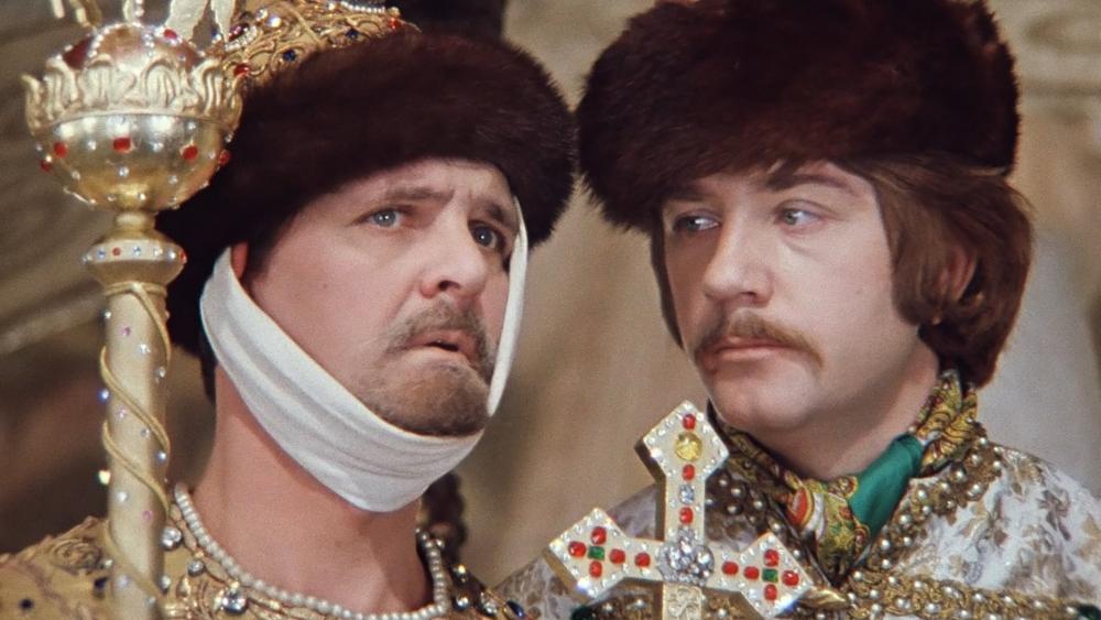 Телевизор какой марки стоял в квартире Александра Сергеевича в фильме «Иван Васильевич меняет профессию»?
