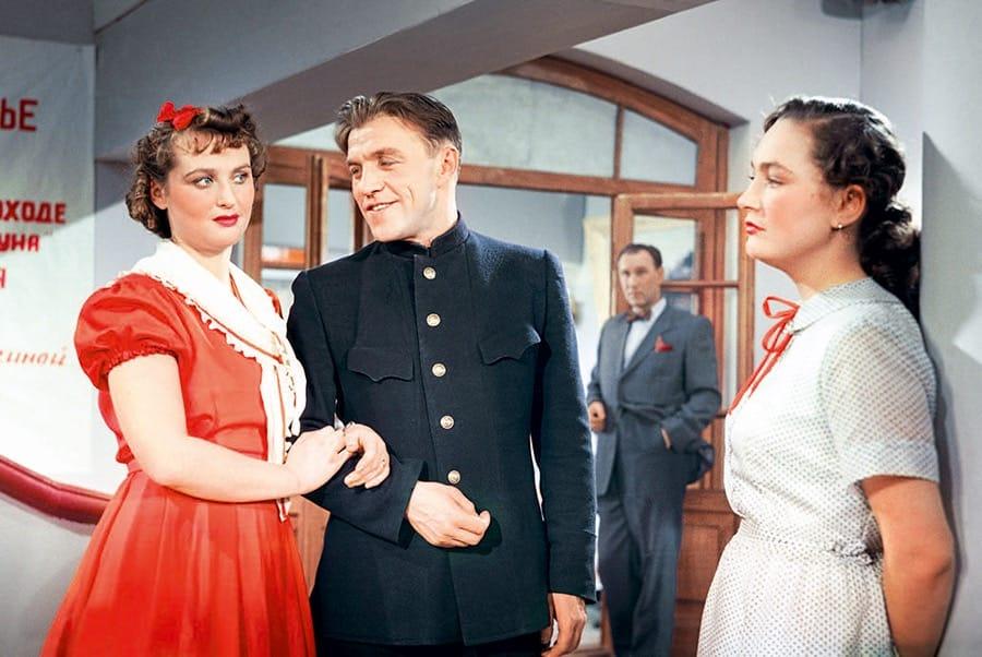 Кто написал сценарий к фильму «Екатерина Воронина», в котором рассказывается о жизни молодой девушки, которая ушла на фронт медсестрой?