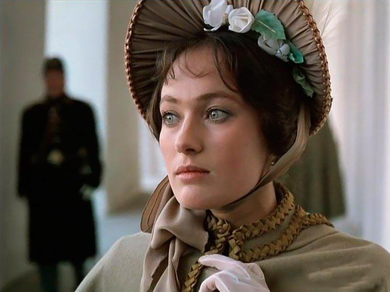 Голосом какой актрисы говорит Лариса Гузеева в фильме «Жестокий романс»?