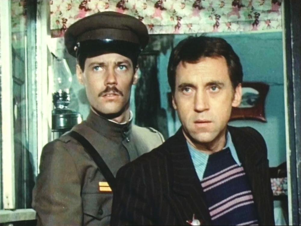 Какая песня и в чьём исполнении звучит в самом начале первой серии? Она хорошо передаёт атмосферу послевоенной Москвы.