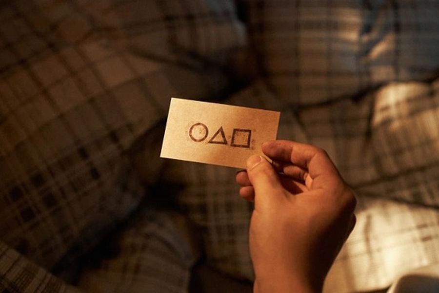 Какой номер телефона указан на визитке в первой серии?