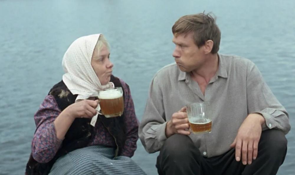 Сколько кружек пива было в кадре на пристани у дяди Мити и Васи в фильме «Любовь и голуби»?