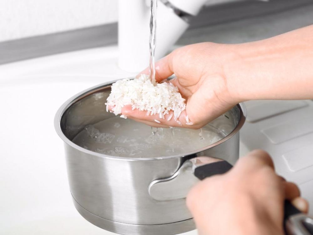 Какая температура воды оптимальна для промывания риса перед варкой?