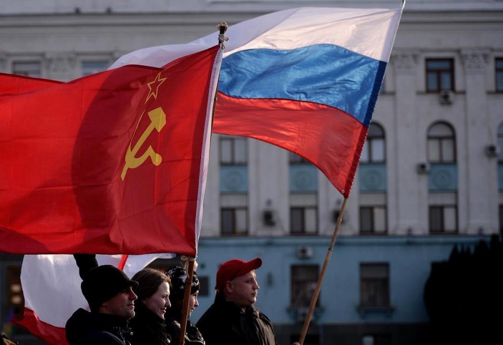 Многие помнят исторические кадры, как над зданием Кремля впервые в истории новой России водрузили триколор, который сменил красное полотнище Советского союза. Когда это произошло?