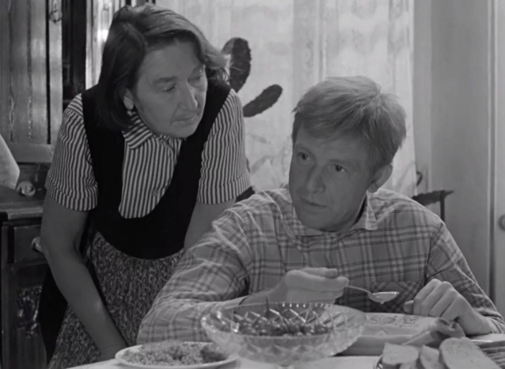 Какую песню поет мама Деточкина пришедшему в гости следователю в фильме «Берегись автомобиля»?