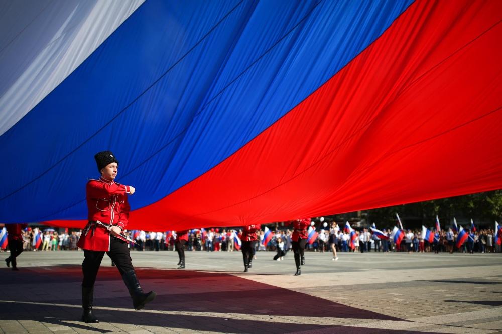 В 2007 году в Москве на гребном канале был поднят самый большой триколор. Его параметры составляли: