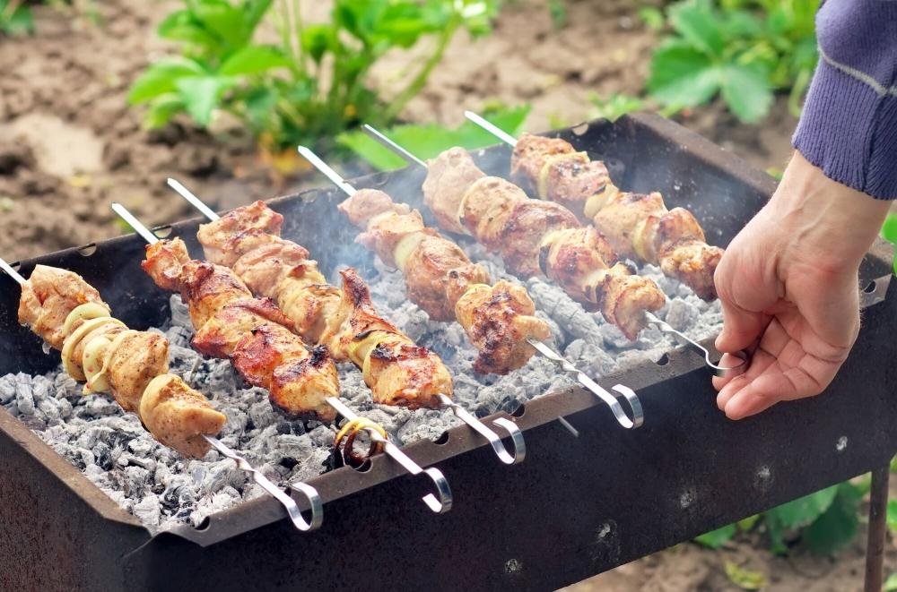 Мясо нужно располагать не дальше … от углей