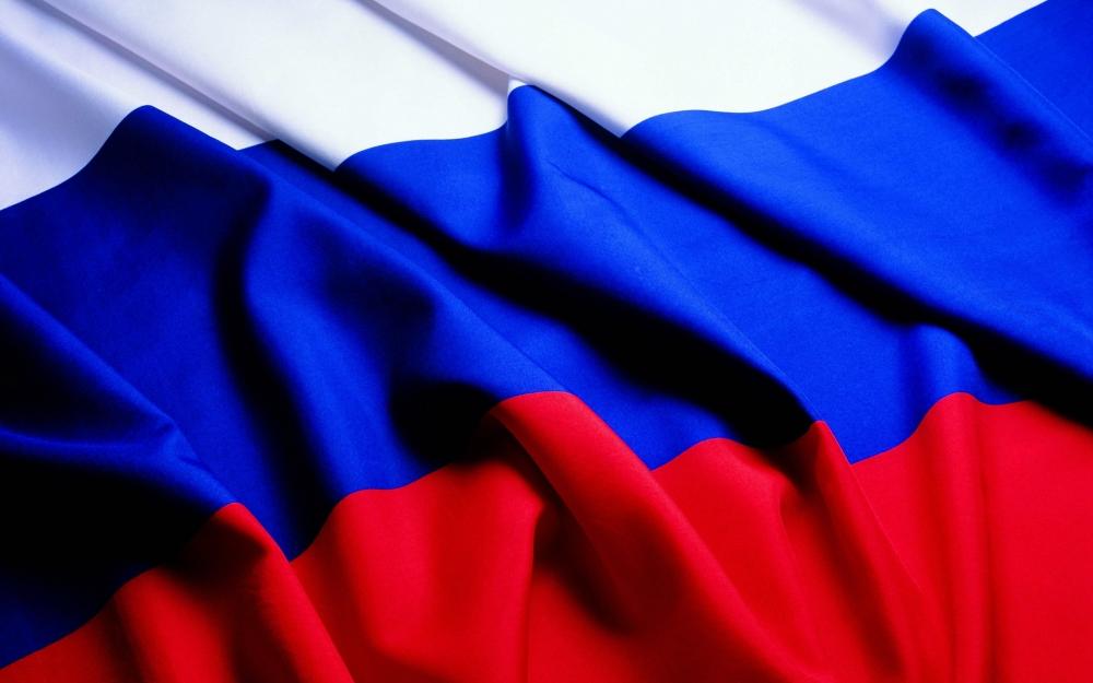 В каком году были приняты поправки в закон, разрешающие любое уважительное использование российского флага негосударственным организациям и частным лицам?