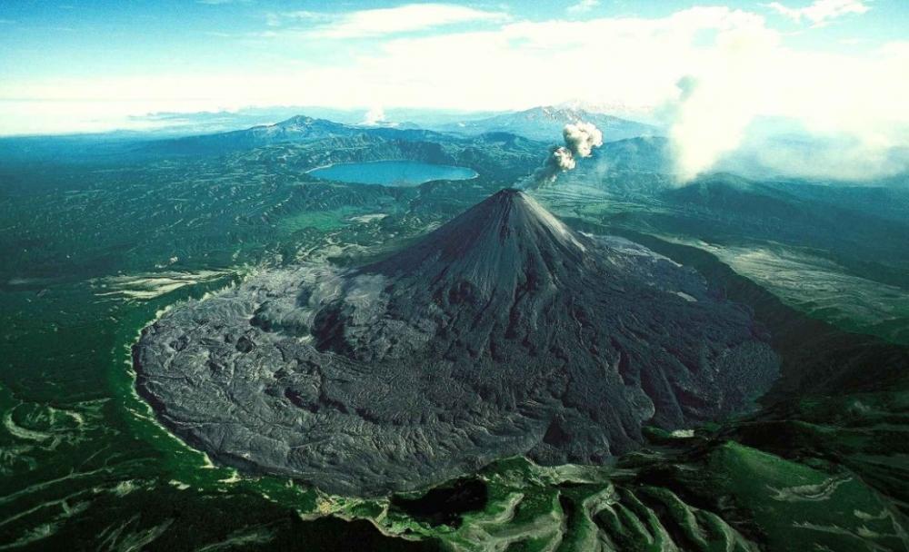 Немо — действующий вулкан на острове Онекотан Большой Курильской гряды был назван английским капитаном Генри Сноу. В честь чего он получил такое название?