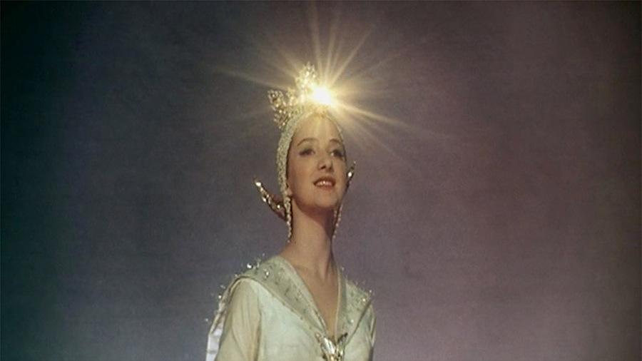 В какой сказке у героини месяц под косой блестит, а во лбу звезда горит